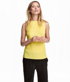 Gelb. Top aus plissiertem Jersey mit feinem Glanz.