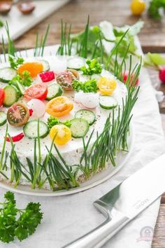 Sandwichtorte - Das Küchengeflüster - This is a sandwich made to look like a cake. Great at parties or to have at family dinner. Party Finger Foods, Party Snacks, Pain Surprise, Sandwich Torte, Party Buffet, Food Humor, Creative Food, High Tea, Brunch Recipes