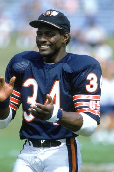 "In the NFL lost one of its all-time greatest players, running back Walter Payton — otherwise known as ""Sweetness. Chicago Bears Pictures, Football Pictures, Bears Football, Football Players, Vikings Football, Football Stuff, Best Running Backs, Walter Payton, Football Conference"