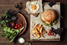 Hambúrguer vegetariano com alho negro, alface e ovo.  Veja todos os benefícios do alho negro. -Revista Afrodite #food #foodgirl #hamburguer #artigos #revistaafrodite #receitas #cuidados #saude #site #receita do dia #gastronomia