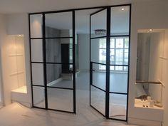 Grote dubbele deur met hout verwerkt in het glas