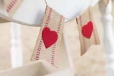 Make Easy and Pretty Valentine Bunting, Felt Hearts, Webbing, Banner New Year Holidays, Holidays And Events, Diy Step By Step, Apple Roses, Hannukah, Tone It Up, Felt Hearts, Animal Party, Love