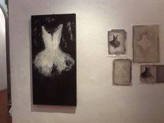 Tutù dipinto su tela e piccoli dipinti su carta  Rita Pedullà presso la Galleria d'Arte Contemporanea La corte a Firenze www.ritapedulla.it #dance #dress #tutu #oiloncanvas #oilonpaper #paper #painting #white #ritapedullà