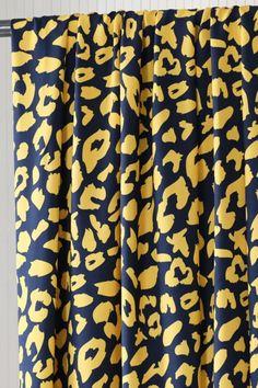 mind the MAKER collectie Urban Leo. Viscose is een duurzame stof die heerlijke luchtig is en soepel vallend, perfect voor elegante blouses, jurken, rokken en broeken. Leo, Blouses, Prints, Blouse, Woman Shirt, Lion, Printmaking, Hoodie, Top