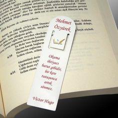 Kitap okumayı seven öğretmeninizin bayılacağı bir öğretmenler günü hediyesine hazır olun! Kişiye Özel Kitap Ayracı, tamamen sizin tasarımınız olacak ve istediğiniz yazıyı yazdırabileceksiniz. Ürüne ulaşmak ve sipariş vermek için: http://www.hediyedenizi.com/hediye/kisiye-ozel-kitap-ayraci-isim-ve-yazi-baskili/