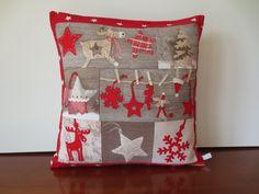 Housse coussin patchwork, déco Noël alsacien, beige & rouge : Textiles et tapis par michka-feemainpassionnement