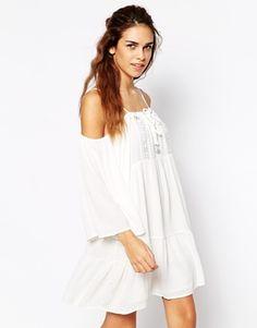 Glamorous – Schulterfreies Swingkleid aus grob gewebter Baumwolle mit Häkelakzenten