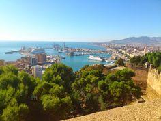 Vistas de Málaga desde su Alcazaba Viajero Turismo: La Costa del Sol, uno de los destinos turísticos de España más buscados http://go.shr.lc/1pCOTqa descubre su increíble oferta turística