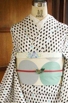 白地に空色がアクセントになった水玉模様が染め出されたレトロモダン浴衣です。