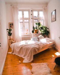 Bedroom Decor For Small Rooms, Bedroom Decor For Couples, Apartment Bedroom Decor, Room Design Bedroom, Room Ideas Bedroom, Home Bedroom, Interior Design Living Room, Bench In Bedroom, Wooden Furniture Bedroom