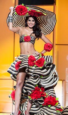 Mujer Colombiana en traje alegórico a su tierra, Colombia.
