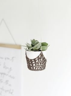 DIY Crochet Hanging Planter (The Merrythought) Twine Crafts, Easy Diy Crafts, Crafts To Do, Decor Crafts, Art Crafts, Paper Crafts, Crochet Diy, Crochet Home Decor, Modern Crochet