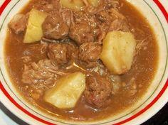 Recette : Ragoût de pattes de porc simplifier. Meatball Recipes, Pork Recipes, Ricardo Recipe, Romanian Food, Yummy Food, Tasty, Amish Recipes, Main Meals, Stew
