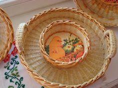 пасхальный поднос из бумаги Basket Crafts, Spring Flowers, Happy Easter, Easter Eggs, Serving Bowls, Wicker, Decorative Plates, Projects To Try, Kos