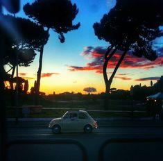 Por do sol no Circo Massimo com uma Cinquecento bem antiga! Ahhhhhhh cenas; tão italianas! Tão romanas!!!  . Lembre-se que nós organizamos o seu transfer do/para o aeroporto e também sua hospedagem! info@emroma.com .  Veja mais no Snapchat Em_Roma  #Roma #europe #instatravel #eurotrip #italia #italy #rome #trip #travelling #snapchat #emroma#viagem #dicas #ferias #dicasdeviagem #brasileirospelomundo #viajandopelomundo #pordosol #sunset #cinquecento #tramonto