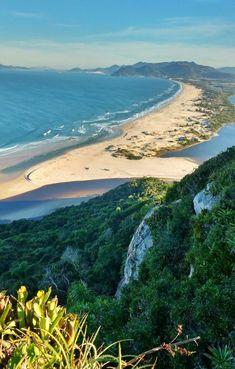 A imagem contém: Pedra do Urubu, Praia da Guarda do Embaú, Palhoça, Santa Catarina Turkey Travel, Tumblr Wallpaper, Summer Vibes, Brazil, Travel Inspiration, River, Beautiful Places, Scenery, Ocean