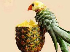 Papegaai uit ananas op een halve ananas