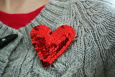 Hazte este precioso broche con forma de corazón y decorado con lentejuelas...