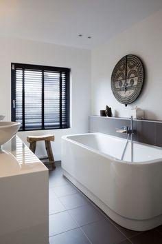 SIES home Interior Design bestaat uit Simone van Os en Esther van Duijvenbode, samen vormen zij sinds 2011 een zeer succesvol ontwerp duo. Ze ontwerpen en realiseren sfeervolle interieurs met een