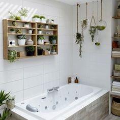 Etagère en bois pour accessoiriser la salle de bains