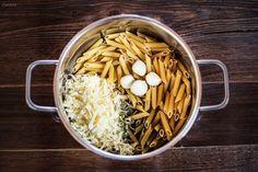 """Rezept Käse Pasta! Passend zum Jänner holen wir uns das Hüttenfeeling ins Haus. Mit deftigen, aber leicht interpretierten Rezepten die ganz nach Winter und Alm schmecken. Ein weiteres Rezept für eine einfache """"One Pot Pasta"""". Alle Zutaten in einem Topf geben. Nach wenigen Minuten entsteht eine cremigen Pasta mit Käsesauce mit feinem Knoblauch-Kräuter Geschmack."""