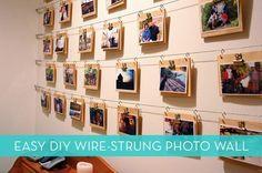 Cadres accrochés avec un fil de fer Pour accrocher une multitude de petits cadres, on peut se servir de fil de fer et créer une magnifique galerie photos.  Les cadres peuvent être tenus sur le fil de fer de différentes manières : pinces pour le papier, crochets en S comme sur la photo, épingles à linge, etc.  Dans cet exemple, le fil de fer est tenu à chaque bout par un crochet vissé dans le mur, mais on pourrait également se servir d'un crochet adhésif.