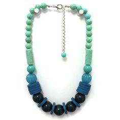 Colar curto ajustável de fio de nylon com bolas e tubos verde-água, miçangas e discos de madeira em tons de azul e turquesa.Circunferência aproximada: 42.5 cm.Extensor: 8 cm.Referência: A16-143.