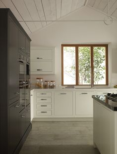 Beautifully understated, our purest of door styles offers simple detailing. Linearity and a strong perspective give a more contemporary look compared to our classic in-frame kitchen. Kitchen Slab, Kitchen Corner, Kitchen Units, Kitchen Redo, Kitchen Cupboards, Kitchen Design, Kitchen Ideas, Kitchen Inspiration, Apartment Furniture