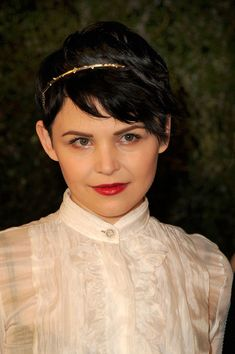 Ginnifer Goodwin Layered Razor Cut - Ginnifer Goodwin wore her hair brushed forward and accented with a sweet gold headband at the Chanel and Charles Finch pre-Oscar Dinner. Ginnifer Goodwin, Ginny Goodwin, Short Hair With Layers, Short Hair Cuts, Short Hair Styles, Pixie Cuts, Short Pixie, Asymmetrical Pixie, Bob Cuts