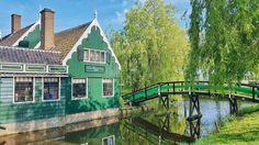 This is a really cute charming village! Visited it in the same day as Keukenhof and definitely recommend it! . No sábado passado visitei o Keukenhof, o parque das tulipas, e depois passei em Zaanse Schans, conhecida como a vila dos moinhos. A vila é muito fofa e vale mesmo a visita. . . . . . #kings_villages #living_destinations #living_europe #hello_worlpics #iamatraveler #bestdestinations #igrefined  #travel_drops #universelifestyle #topnetherlandsphoto #netherlands #zaanseschans…