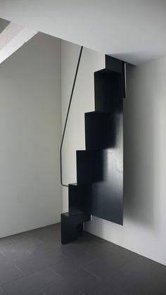 Arch & #Home - Arch and #Home - escalier contemporain - escalier à pas decales en acier noir design par l'architecte Jean-Michel Landecy photographe Jean-Michel Landecy a voir sur www.arch-and-home...