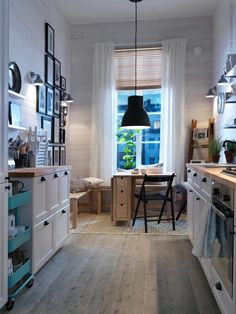 Ideas for the Home Schmale skandinavische Küche mit Bänken / Small kitchen with benches How To Buy K Small Rooms, Small Apartments, Small Spaces, Interior Design Kitchen, Home Design, Interior Decorating, Design Ideas, Bar Designs, Kitchen Designs