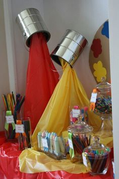 Cool decoration for an art party! - Paintcans and cheap plastic tablecloths, on a stand! an Art party some day? Back To School Party, School Parties, Art Birthday, Birthday Parties, Birthday Ideas, Birthday Table, Rainbow Birthday, Birthday Woman, Kunst Party