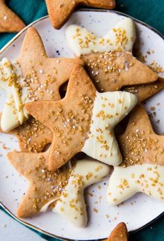 Flavorful maple cinnamon star cookies using a basic and easy sugar cookie dough! Recipe on sallysbakingaddic. Maple Cookies, Butter Sugar Cookies, Cinnamon Cookies, Easy Sugar Cookies, Star Cookies, Sugar Cookie Dough, Thanksgiving Cookies, Thanksgiving Baking, Thanksgiving Holiday