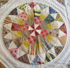 camelot quilt by lizzie_broderie, Love the quilting and fabric choices, Circle Quilts, Star Quilts, Scrappy Quilts, Amish Quilts, Hexagon Quilt, Hexagons, Baby Quilts, Antique Quilts, Vintage Quilts