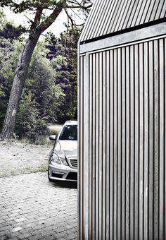 Det hænder, at man ankommer til et hus, hvor den grundlæggende tanke er ført hele vejen igennem – og lidt til. Sådan er dette sommerhus i Nordsjælland, hvor ejerne havde ét eneste krav: Huset skal være specielt og samtidig nemt at vedligeholde.