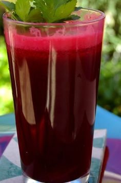 Miracle Cure Juice - Ingredients: (always choose organic whenever possible!) 2 large beets 4 long carrots 2 apples (of any kind) 6 stalks celery 2 limes 2 inches ginger Juice and reap the amazing health benefits! Smoothies Detox, Juice Smoothie, Smoothie Drinks, Detox Drinks, Healthy Smoothies, Healthy Drinks, Smoothie Recipes, Celery Smoothie, Healthy Food