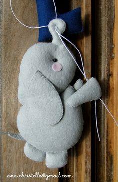 Elefante em feltro com molde para impressão dangling felt elephant pattern - could be used for mobile, with balloons etc Felt Doll Patterns, Felt Animal Patterns, Felt Crafts Patterns, Stuffed Animal Patterns, Sock Dolls, Baby Mobile, Elephant Pattern, Felt Baby, Felt Decorations