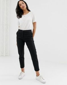 Find the best selection of ASOS DESIGN Linen Clean Cigarette Pants. Shop today with free delivery and returns (Ts&Cs apply) with ASOS! Legging Outfits, Grey Leggings Outfit, Leggings Are Not Pants, Pop Fashion, Fashion Pants, Fashion Outfits, Cigarette Pants Outfit, Black Cigarette Pants, Pantalon Cigarette