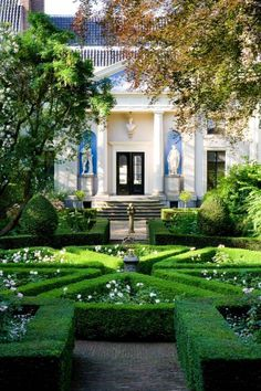 ~ English Garden ~ Elegant formal boxwood - I decided to pin this on Curb Appeal, which is saying something in this photograph. Amazing Gardens, Beautiful Gardens, Beautiful Homes, Formal Gardens, Outdoor Gardens, Modern Gardens, Japanese Gardens, Topiary Garden, Topiaries