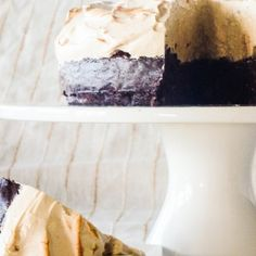 Rich gooey brownie topped with clouds of coffee flavoured meringue - this is a showstopper dessert if even I've seen one. Gooey Brownies, Brownie Toppings, No Bake Desserts, Meringue, Chocolate Chip Cookies, Vanilla Cake, Cheesecake, Pudding, Tasty