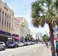 King Street is the ❤️ of downtown Charleston! Explore its many shops, restaurants and hotels on Global Gal today {link in profile}. #charleston #kingstreet #southcarolina #takemetochs #explorecharleston #WhyILoveTheSouth #beautifuldestinations #globe_travel #charlestoneats #chucktown