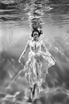 Sleeping Beauty - woman underwater   photography black & white . Schwarz-Weiß-Fotografie . photographie noir et blanc   Photo: Rafal Makiela  