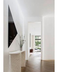 Airy and elegant. Interior Trim, Interior Design, Modern Hallway, Apartment Goals, Vogue Living, Vestibule, Elle Decor, Contemporary Interior, Townhouse