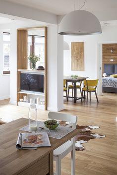 #Livingroom #Apartament w Zakopanem Pokój dzienny - #kuchnia, #wypoczynek i #jadalnia #kitchen #tv #table #wood #lamp #bedroom #furniture #interiordesigner #design #interior #projektowanie #wnętrz #aranżacja #architekt Projekt http://tryc.pl/ Foto: Marcin Czechowicz Stylizacja: Marynia Moś Publikacja: M jak