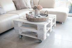 mesa pequeña de salón en color blanco pintada, hechas de dos palets con ruedas y con flores encima Pallet Patio, Decoration, Diy Furniture, Sweet Home, Table, Chill, Home Decor, Bag, Pallet Furniture