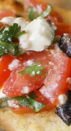 Quick, simple and delicious Greek Bruschetta filled with tomatoes, olives, feta, cilantro and Greek dressing. So much flavor in this easy appetizer! Appetizer Dips, Yummy Appetizers, Appetizers For Party, Appetizer Recipes, Snack Recipes, Healthy Superbowl Snacks, Party Food And Drinks, Game Day Food, Mediterranean Recipes