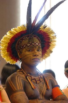 Indians in Brazil Handsome young man sporting fine featherwork and jagua body art. We Are The World, People Around The World, Amazon Tribe, Xingu, Tribal People, Native Indian, World Cultures, Belle Photo, Headdress
