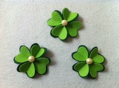 Easy four leaf clover tutorial.The clover is actually just made out  Felt Diy, Felt Crafts, Fabric Crafts, Diy Crafts, St. Patrick's Day Diy, St Patrick's Day Decorations, Felt Brooch, Diy Hair Accessories, Felt Ornaments