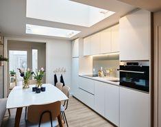 In Kortrijk onderging de keuken van Davina een volledige metamorfose. Van een oubollige, rommelige keuken naar een stralend witte strakke keuken, badend in het licht. Van ouderwetse keukentoestellen naar moderne apparaten met alle comfort. Davina ruilde de oude keuken in voor de keuken van haar dromen waar het gezellig is om te vertoeven en gasten te ontvangen. #interieurdesign #keuken #keukeninspiratie Table, Furniture, Design, Home Decor, Tv, Functional Kitchen, Kitchen Aid Appliances, Rustic Kitchen, Living Spaces